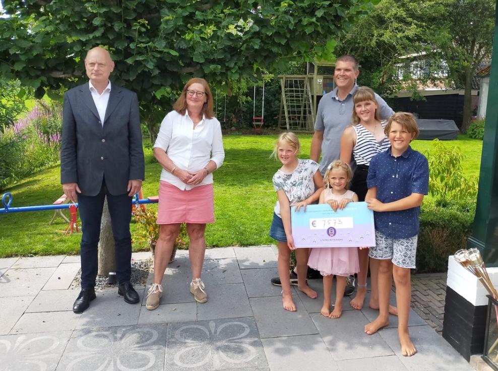 Op de foto rechts: Charlotte, Bas, Annette, Jojanneke en Pepijn (van links naar rechts). Op de foto links: Frank Köhler en Hannelore Rosenkotter.