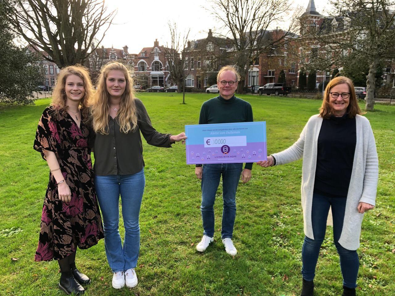 Op de foto van links naar rechts: Alettes dochters Emmeline en Julia, haar man Ton en daarnaast Hannelore namens Living With Hope.